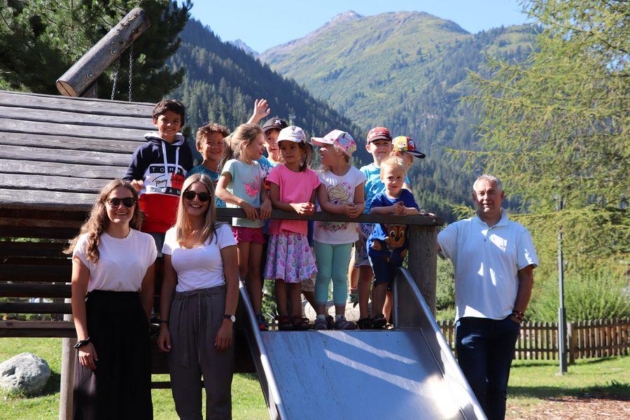 Gruppenfoto: Kinder der Sommerbetreuung, Betreuerin Sarah und Stefan sowie Bürgermeister Helmut Mall