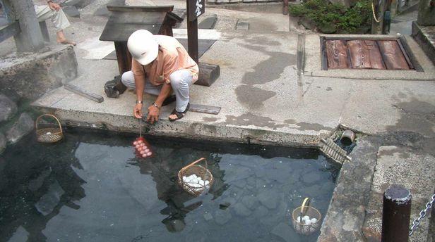 Eier kochen in den heißen Quellen von Nozawa Onsen