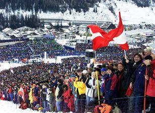 Historische Ansicht: Menschenmassen bei den FIS Alpine Ski Weltmeisterschaften 2001